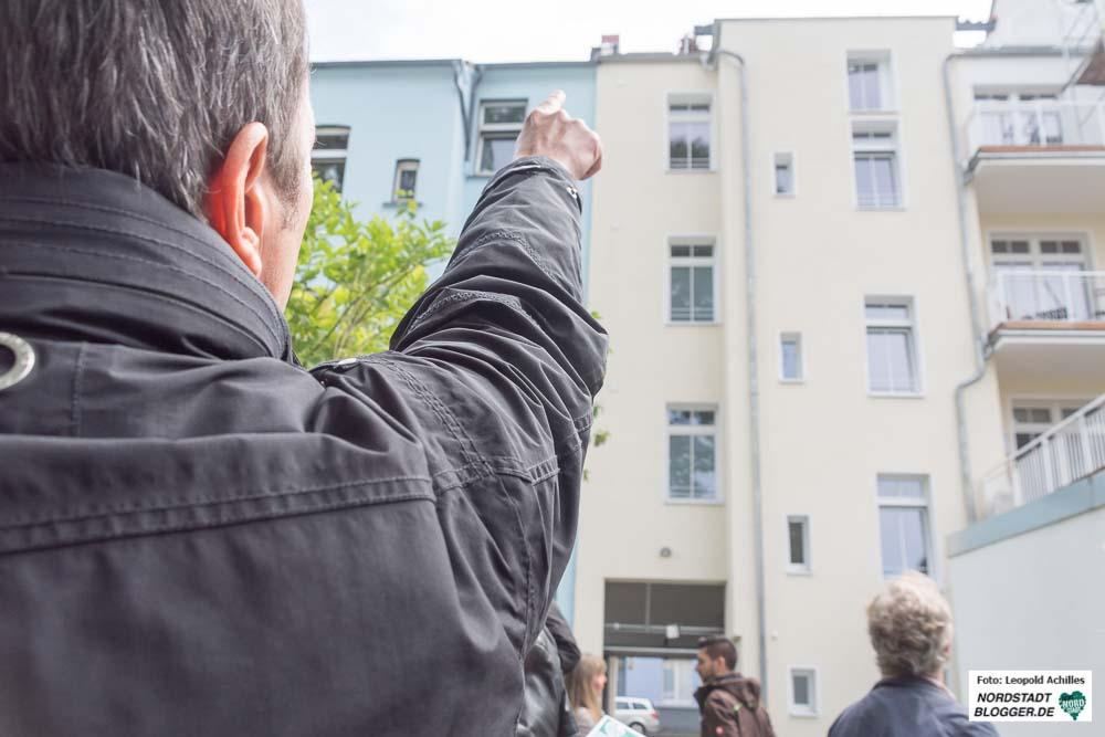 Peter Gentis, Vertreter der Novet GmbH, führte bei dem Rundgang auch in den Hof der Gebäude an der Schlosserstraße.