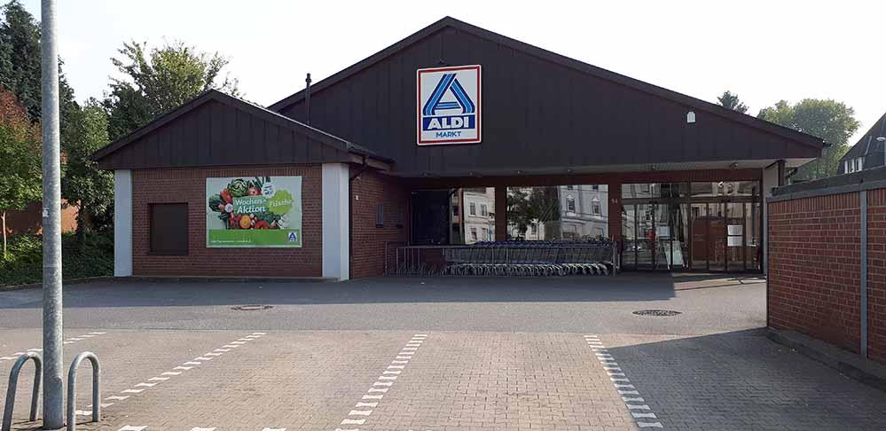 Die KundInnen mussten die Aldi-Märkte in Marten und Huckarde am Freitag verlassen. Fotos: Martin Schmitz