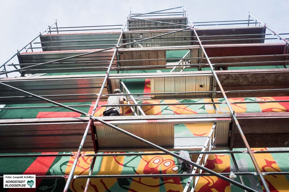An der Piepenstock- Ecke Chattenstraße entsteht ein großes Kunstwerk. Die Künstler Oliver Mark und Joe Madisia gestalten die Hauswand dabei sehr farbenfroh in Handarbeit. - Foto: Leopold Achilles
