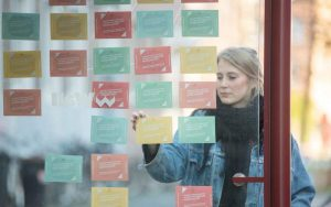 Am Stadtgarten und an der Reinoldikirche hängen Karten, die sich Betroffene mitnehmen können. Foto: Krisenzentrum Dortmund