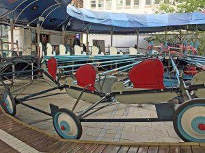 Die Raupenbahn auf dem Alten Markt ist 78 Jahre alt und dreht immer noch ihre Runden. Fotos: Joachim vom Brocke