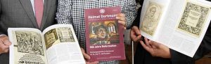 """Vorsitzender Adolf Miksch und die Autoren Oliver Volmerich und Dr. Stefan Mühlhofer (von links) mit der aktuellen """"Heimat Dortmund""""-Ausgabe, die 500 Jahre Reformation betrachtet. Foto: Peter Bandermann"""
