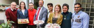 """MitarbeiterInnen und Ehrenamtliche feiern den 1. Geburtstag von """"Lokal willkommen""""."""
