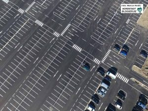 Amazon hat zwar viele Parkplätze eingerichtet - doch viele Beschäftigte sind auf den ÖPNV angewiesen.