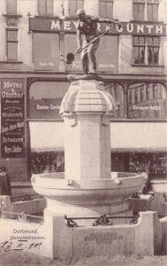 Vor dem Kaufhaus Meyer & Günther am Steinplatz stand der Eisengießerbrunnen.
