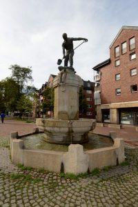 Die Nachbildung des Eisengeißerbrunnens auf dem Steinplatz in der Nordstadt. Foto: Alex Völkel
