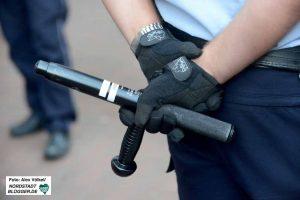 Anstelle von Schlagstöcken könnten die BeamtInnen demnächst Gebrauch von Elektroschockgeräten machen. Foto: Alex Völkel