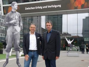 Museumsdirektior Manuel Neukirchner und Leiter der Steinwache Dr. Stefan Mühlhofer freuen sich über die Ausstellung.