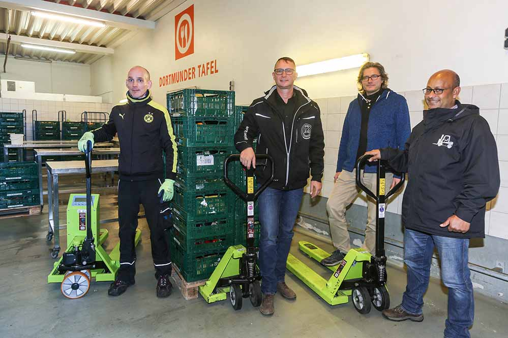 2017.11.16 Dortmund Firma GA - TEC hat 2 Hubwagen und einen Wiegehubwagen gespendet, Dortmunder Tafelv.l. Josef Bo (Tafel), Dirk Pütz (GA - TEC), Volker Geißler (Tafel), Mohamed Fares (GA - TEC)