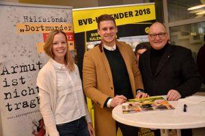 """Lukasz Piszczek für """"Dortmunder Kinder in Not"""" BVB-Spieler signiert 397 Posterkalender im St.-Johannes-Hospital Dortmund (pdp). Groß war der Andrang, als am Mittwoch BVB-Spieler Lukasz Piszczek im Katholischen St.-Johannes-Hospital den neuen BVB-Posterkalender signierte. Insgesamt 397 Kalender unterschrieb der Abwehrspieler zugunsten des Hilfsfonds' """"Dortmunder Kinder in Not"""" der Katholischen Stadtkirche Dortmund. Auf diese Weise kam bei der von der BVB-Stiftung """"LEUCHTE AUF"""" unterstützten Aktion ein Spendenbetrag von 1.985 Euro zusammen. Von dem zum Preis von 12 Euro angeboten Kalender gingen jeweils 5 Euro an den Hilfsfonds. Am Mittwoch, 13. Dezember, gibt es noch einmal die Gelegenheit, einen BVB-Kalender mit Spielerunterschrift zu erwerben. Dann wird Christian Pulisic (Mittelfeld) von 15 bis 16 Uhr im Foyer des Kath. Centrums, Propsteihof 10, den aktuellen BVB-Posterkalender unterschreiben. Der Erlös geht dann wiederum als Spende an den Hilfsfonds """"Dortmunder Kinder in Not"""". Dieser wurde 2008 von der Katholischen Stadtkirche und den Katholischen Sozialen Diensten (KSD) gegründet. Der Anlass dafür war die gewachsene Kinderarmut. Bei einer offensichtlich akuten Notlage eines Kindes kann über die Betreuungseinrichtungen Unterstützung aus dem Fonds beantragt werden. Bisher wurden Kosten etwa für notwendige Verpflegung, Bekleidung, Schulbedarf, ein Projekt zur gesunden Ernährung sowie für die Übermittagsbetreuung übernommen. Weitere Informationen erteilt Alwin Buddenkotte von den KSD unter der Rufnummer (0231) 1848-117."""