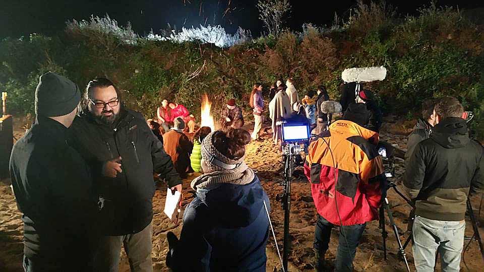"""""""Nachts im nirgendwo sitzen geflüchtete Menschen im Schutze eines Erdwall in einem großen Kreis am Lagerfeuer zusammen, wärmen sich am Feuer und starren vor sich hin. Sie sind gezeichnet von den Strapazen ihrer Flucht ....."""" ... so beschreibt das Drehbuch die erste Szene zum neuen Film des Jugendring Dortmund."""