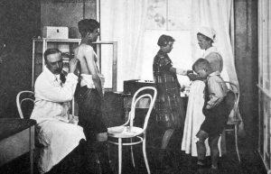 Das Hoesch-Kindererholungsheim Schledehausen anno 1923 - Dr. Otto Quast untersucht Kinder.