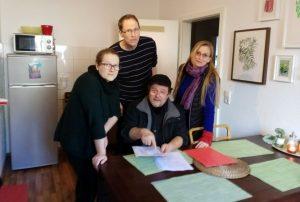 Mieter der LEG Wohnungen, mit Dr. Tobias Scholz (Pressesprecher Mieterverein Dortmund, hinten in der Mitte stehend)