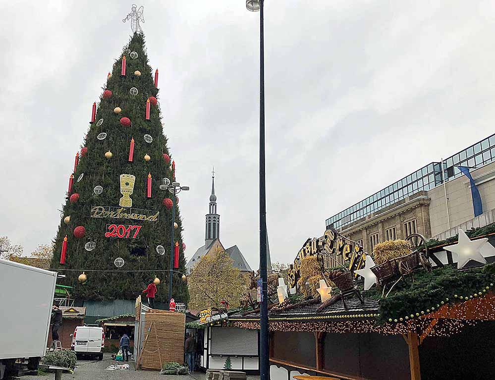 Mit Hochdruck wird der Weihnachtsmarkt 2017 aufgebaut. Der 45 m hohe Weihnachtsbaum leuchtet erst ab Montag. Fotos: Joachim vom Brocke