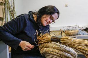 Gärtnerin und Imkerin Rita Breker-Kremer hatte nicht gedacht, dass es so lange dauert, einen Bienenkorb zu machen.
