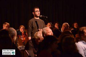 Das Publikum wird wie immer in den Dialog involviert. Foto: Alex Völkel