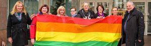 """Anlässlich des """"Transgender Day of Remembrance"""" weht heute die Regenbogenflagge vor dem Rathaus."""