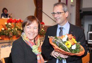 Präses Annette Kurschus gratuliert ihrem neuen Stellvertreter zur Wahl.