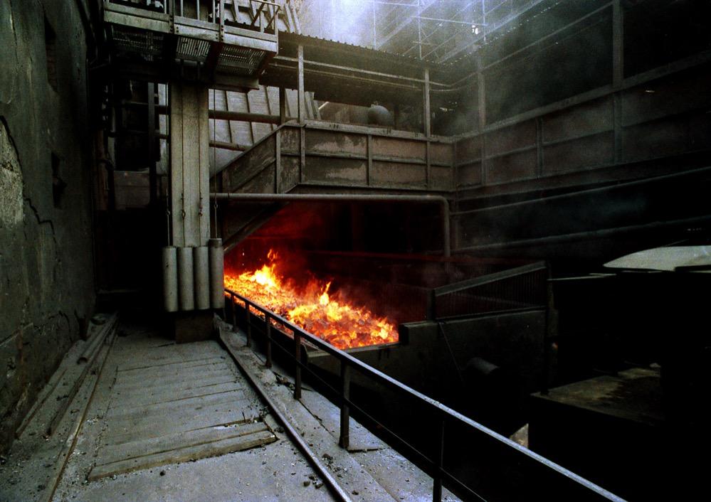 Wenn der glühende Koks aus dem Ofen kam, fing er sofort Feuer und musste deshalb zum Löschturm transportiert und mit Wasser gelöscht werden. Foto: Udo Kreikenbohm, ca. 1990