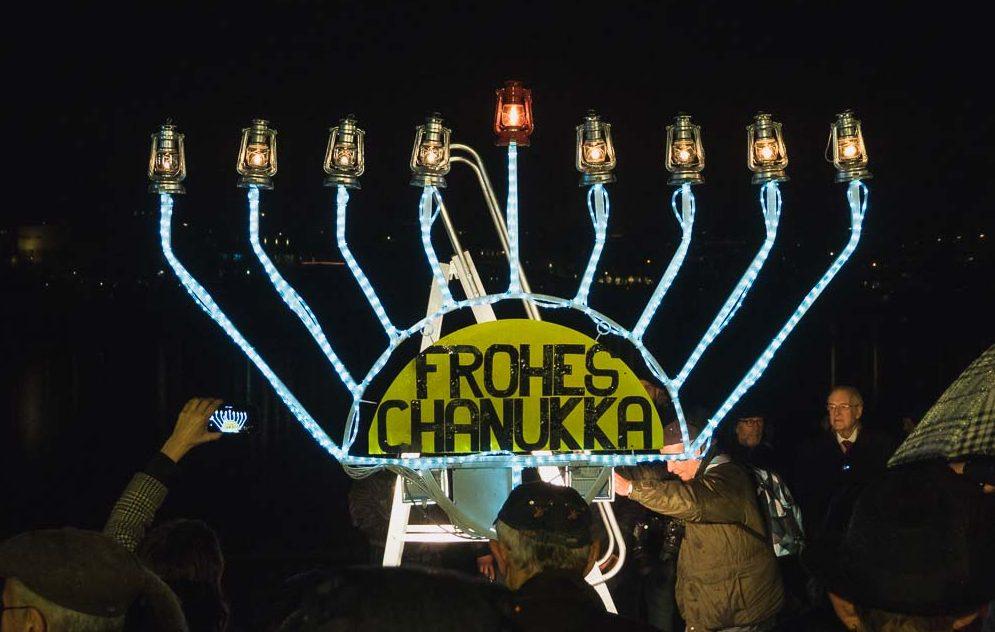Die Channukka-Feier am Phönixsee trotze dem Regen und war am Dienstag Abend einen Besuch wert. - Fotos: L. Achilles und C. Pingel