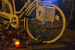 """Nach dem tödlichen Verkehrsunfall erinnert ein """"Ghost Bike"""" an den getöteten elfjährigen Radfahrer."""