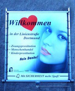 Das Plakat haben die Frauen aus der Linienstraße auf eigene Kosten angeschafft. Foto: Bettina Brökelschen