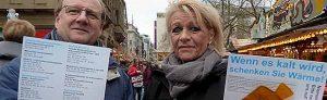 Thomas Bohne und Heike Ester verteilten in der City die Handwärmer. Fotos: Sophia Stahl