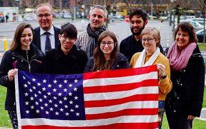 Die Studierenden mit Lynn Engle (rechts), Klaus Wegener und Daniel Scanlon von der Auslandsgesellschaft – Foto: Bastawros/AGNRW