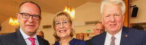 Prof. Dr. Dr. h.c. Ursula Gather, Rektorin der Technischen Universität Dortmund, wurde mit dem City-Ring 2018 geehrt. Die Auszeichnung übergaben Dirk Rutenhofer (l.), Vorsitzender des Cityring Dortmund e.V., sowie Ullrich Sierau, Oberbürgermeister der Stadt Dortmund. Foto: Jan Heinze