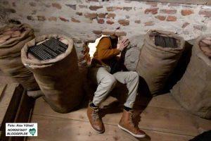 Im Untertauchermuseum kann man in Ansätzen erahnen, wie beengt die Verstecke waren.