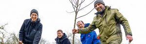 V.l.n.r.: Thomas Quittek (BUND Dortmund), Stadträtin Birgit Zoerner, Dr. Patrick Knopf (Direktor des Botanischen Gartens Rombergpark) und Jochen Helle (Obstbaumpfleger) Beim gepflanzten Baum handelt es sich um einen Klassiker:. Es ist ein westfälischer Gülderling. Foto: Roland Gorecki/ Stadt Dortmund