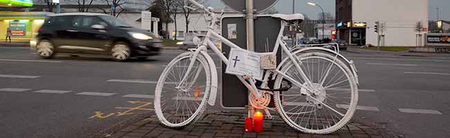 """Nach Unfall mit Lkw: Weiteres """"Ghost Bike"""" in Gedenken an tödlich verunglückten Radfahrer in der Nordstadt aufgestellt"""