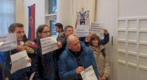 Protest von (Ex-)BewohnerInnen bei der Sitzung der Bezirksvertretung Innenstadt-West.