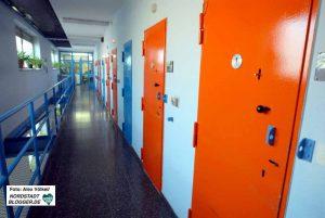 """Die Justizvollzugsanstalt (JVA) ist Ort des Regelvollzuges für """"normale"""" Häftlinge."""