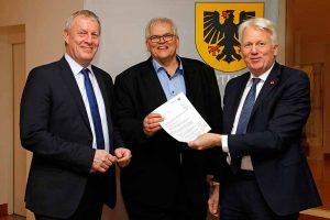 Kämmerer Jörg Stüdemann (li.) und OB Ullrich Sierau (re.) bekommen den Bescheid von Regierungspräsident Hans-Josef Vogel. Foto: Stadt Dortmund/ Gaye Suse Kromer