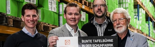 Eine bunte Tafelbühne für eine Benefiz-Gala zu Gunsten der Dortmunder Tafel in der Atlas-Schuhfabrik in Wickede