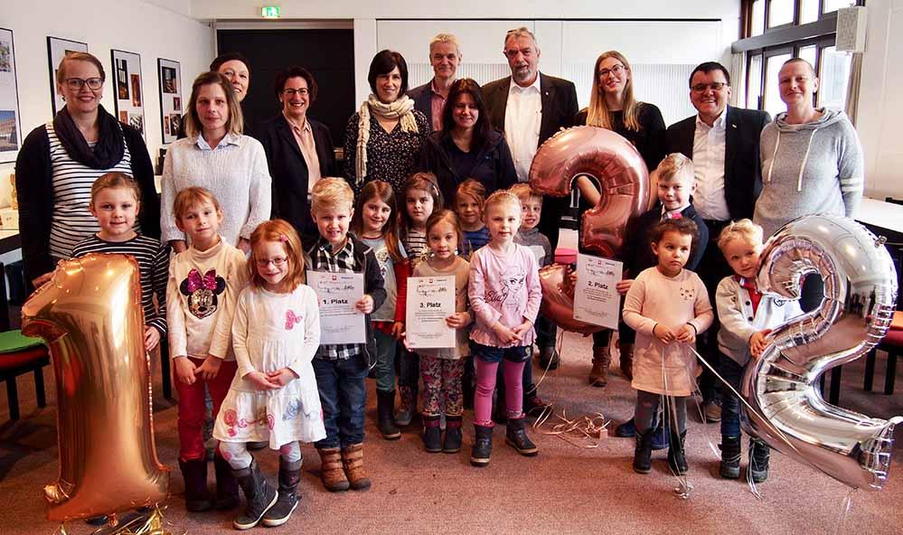 GewinnerInnen, Jury und die Organisatoren des Wettbewerbs bei der Preisübergabe. Foto: von Borzestowski