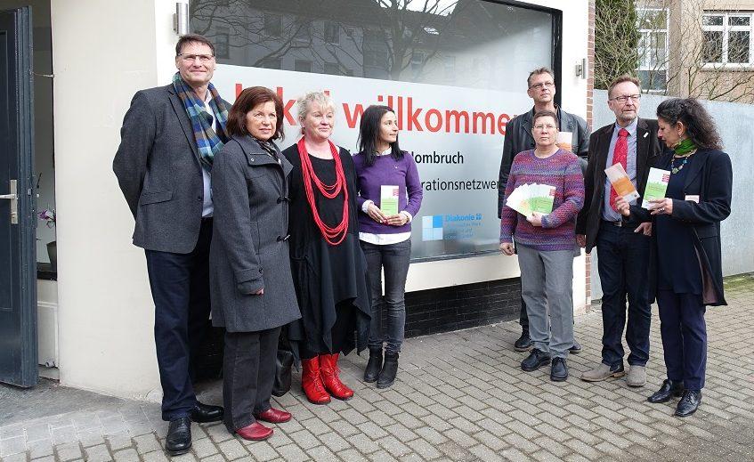 """Sozialdezernentin Birgit Zörner, und das """"lokal willkommen"""" team vor der neuen Anlaufstelle in Dortmund Hörde"""