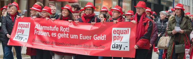 """FOTOSTRECKE """"Gleicher Lohn für gleiche Arbeit"""": Frauen demonstrieren am """"Equal Pay Day"""" für die gleiche Entlohnung"""