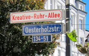 """Hier geht's demnächst lang – Richtung künstlerisch ausgestalteter Gästewohnungen. Das Straßenschild am Borsigplatz stammt von dem Projekt """"public residence: die chance"""", 2015. Foto: Guido Meinke."""
