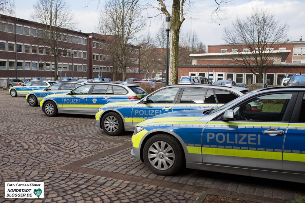 Polizeiwagen vor dem Dortmunder Polizeipräsidium.