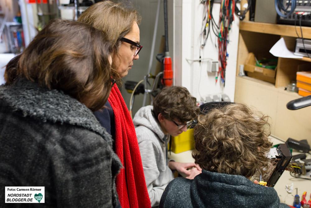Nadja Lüders und Anja Butschkau schauen sich in der Produktionsschule in Dortmund um.