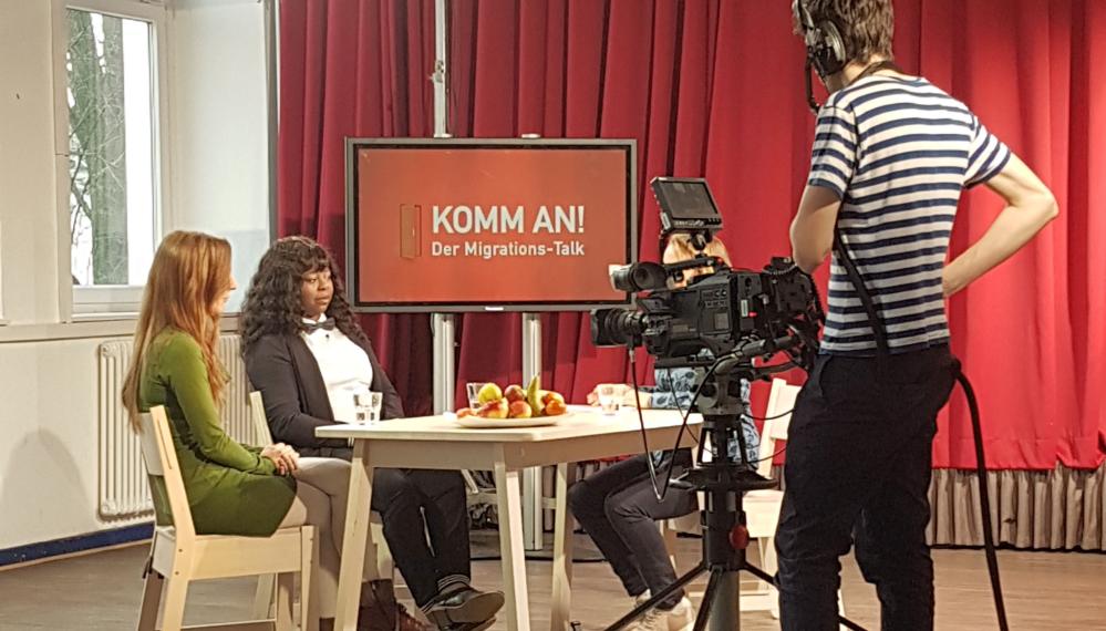 Miriam Bunjes vom Bundesverband Netzwerke von Migrantenorganisationen e.V. und Dr. Rosalyn Dressman von AfricanTide e.V. sprechen über die Chancen und Herausforderungen der Flüchtlingsarbeit in der medialen Berichterstattung, Foto: BV NeMO.