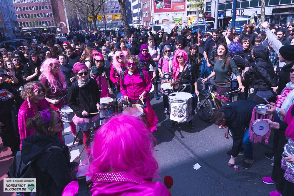 Mehrere tausend Menschen gingen am 14. April 2018 gegen Neonazis auf die Straßen.