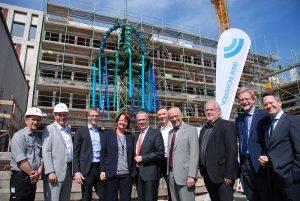 Beim Richtfest waren unter anderem Dietmar Bläsing (5.v.l.), Heike Bähner (4.v.l.), Dr. Gerrit Böhm (3.v.l.), Axel Rainer Hoffmann (r), Rainer Isringhaus (4.v.l.) und Bezirksbürgermeister Ralf Stoltze (2.v.r.) anwesend. Foto: Volkswohl Bund