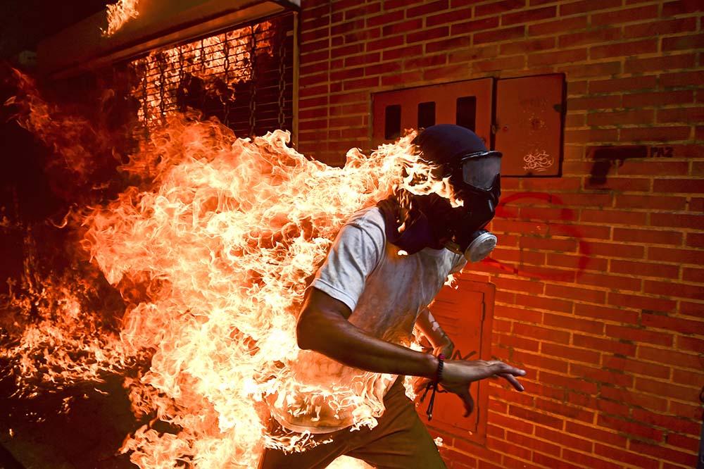 Venezuela Crisis von Ronaldo Schemidt ist das Siegerfoto des diesjährigen World Press Photo-Contest.