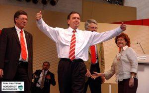 Bundeskanzler Gerhard Schröder auf Wahlkampftour in Dortmund 2005. Archivbild: Alex Völkel