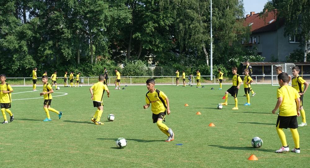 30 junge Spieler von BuntkicktGut nehmen am BVB Training teil. Foto: Ole Corneliussen