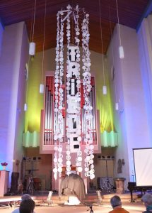Die Friedensäule von Leo Lebendig zeigt die Symbole von sechs Weltreligionen