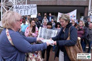 Anke Staar von den Stadteltern überreichte Daniela Schneckenburger 600 Unterschriften.